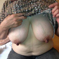 Fカップ巨乳の30代後半のおばさんのおっぱい強調画像集めてみた[15枚]