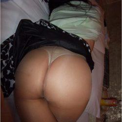 35歳位の主婦がエロい尻を見せてくれる画像で、特にエロいの集めました[15枚]