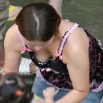 子供を連れた人妻が胸チラ&パンチラしちゃった隠し撮り画像、一番エロいのはコレ[25枚]