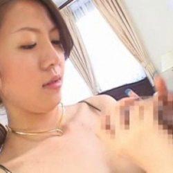 若くて可愛い若奥さんが勃起したチンコを握ってる画像でオナろうぜ![15枚]