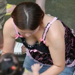 子供と一緒の若奥さんが胸チラ&パンチラしちゃった隠し撮りショットから目が離せない[24枚]