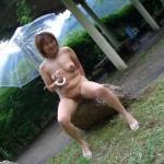 色気のある団地妻が野外でナマ露出してる画像でオナろうぜ![15枚]