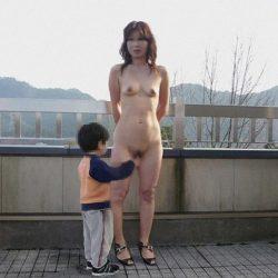 30手前人妻が野外で露出プレイしてる画像が過激すぎww[15枚]