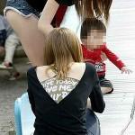25歳くらいの人妻がパンティ見えちゃってる画像でシコシコしましょう[15枚]