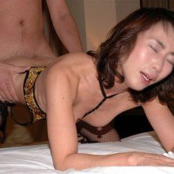 40手前のオバサン熟女が後ろからのピストンに喘ぎまくってる画像で、特にエロいの集めました[15枚]