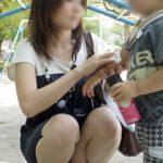 子供に気を取られた新妻が無防備にもパンチラしちゃった画像で抜いてみた[15枚]