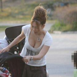 子供を連れた人妻がパンチラとか胸チラしてる盗撮ショットって、結構ヌケるんだよな[24枚]