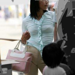 子供に気を取られた新妻がパンチラとか胸チラしてる画像がめちゃシコ[25枚]