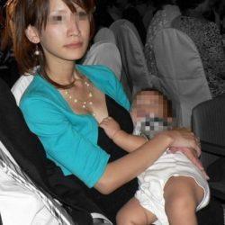 子供に気を取られた人妻が胸チラしちゃった画像をご覧ください[13枚]