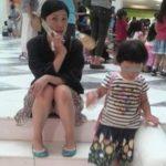 子供と一緒の若奥さんがパンチラしちゃった画像祭はココです[15枚]
