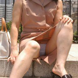 四十路のオバサン熟女がパンティ見えちゃってる画像の破壊力高すぎwwww[14枚]