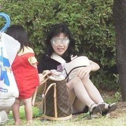 生活感が漂う団地妻が油断して下着がみえてる画像で、まったりシコシコ[15枚]