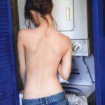 近所にいそうな人妻がキッチンで裸エプロン姿でエッチな事してる画像をどうぞ[20枚]