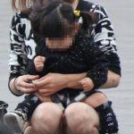 子供に気を取られた新妻が無防備にもパンチラしちゃった画像がセクシー過ぎて抜ける[15枚]
