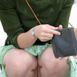 昭和世代のオバサン熟女が油断して下着がみえてる画像でオナろうぜ![14枚]