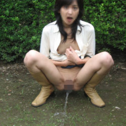 昭和世代のオバサン熟女が放尿露出してる画像って、なんでこんなエロいんだ?[15枚]