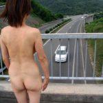 よくいる普通の主婦が路上でモロ露出してる画像でオナろうぜ![25枚]