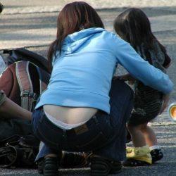 子供と一緒の若奥さんが胸チラ&パンチラしちゃった画像で、まったりシコシコ[25枚]