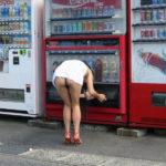 人妻嫁が自販機の前でヘンタイ露出してる画像が勃起不可避ww[37枚]