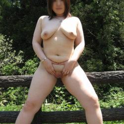 昭和世代のオバサン熟女が屋外で露出してる画像で、まったりシコシコ[38枚]