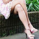 結構可愛い美女が足を組んでエロ脚と太ももを見せてくれる画像をどうぞ[24枚]