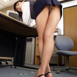 人妻嫁がエロい脚のラインを強調してる画像のエロさは尋常じゃない[32枚]
