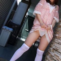 色っぽい若人妻が自分からスカートたくし上げてパンツ見せちゃう画像が勃起不可避ww[31枚]