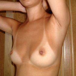 ナイスおっぱいの日焼けで水着のあとが分かる人妻がエロい事してる画像がセクシー過ぎて抜ける[34枚]