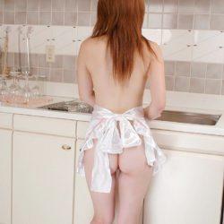 人妻奥さまが裸エプロン姿でHになってる画像がアツい![30枚]